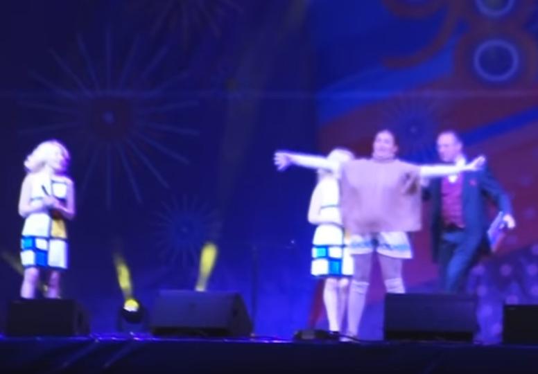 Женщина выбежала и улеглась на сцену во время празднования Дня города